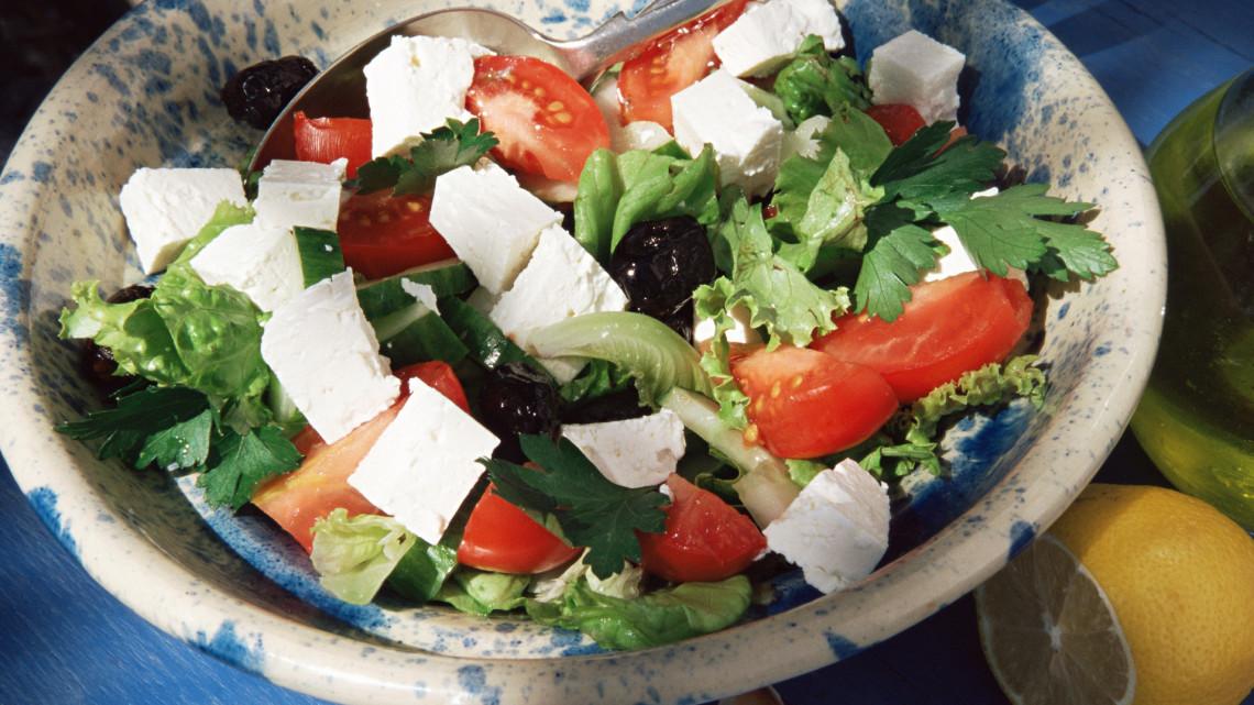 Így készül az eredeti görög saláta: fetával, olívabogyóval..